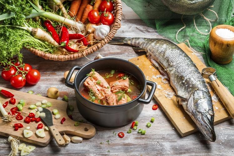 Все это, без сомнения, кажется довольно запутанным. В таком случае, лучшим выходом будет просто забыть про сложные расчеты суточной нормы потребления белка и сделать только одну вещь: пересесть на средиземноморскую диету. Считается, что эта диета, включающая в себя рыбу, оливковое масло, свежие овощи и блюда из зерновых культур, увеличивает продолжительность жизни и снижает риск заболеваний, например, болезни Альцгеймера.