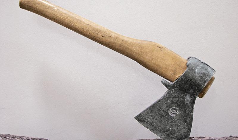 Плотницкий топор Пожалуй, самый распространенный тип топора, который можно встретить практически в каждом гараже. Плотницкий топор удобно использовать во многих делах — плоский обух вполне может заменить молоток. Стандартный инструмент легкий, узкий, с прямой режущей кромкой.