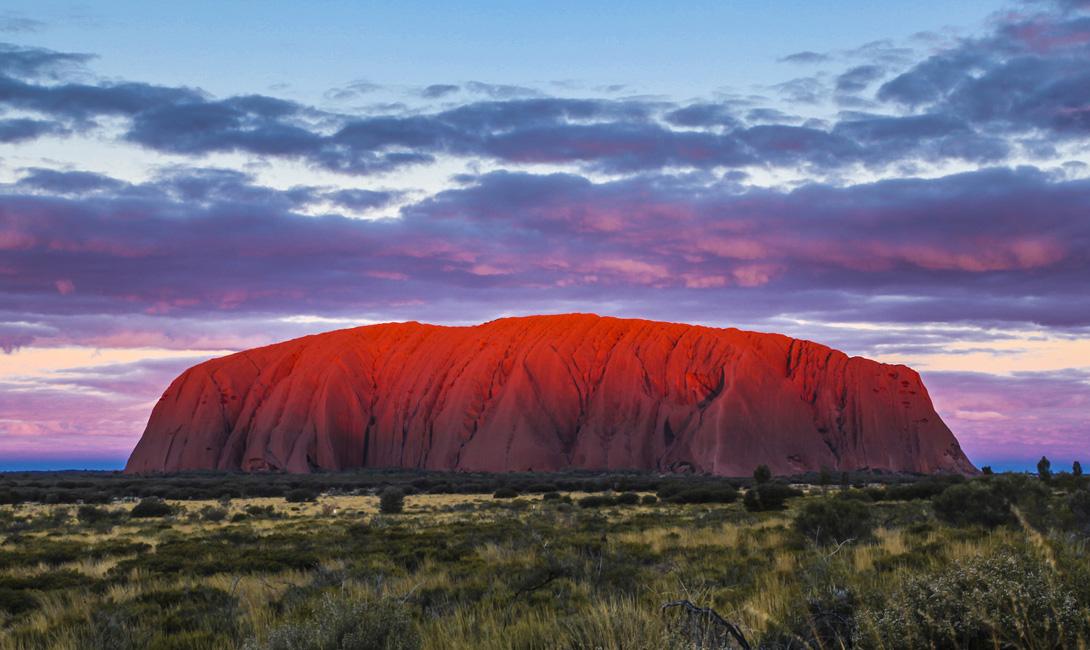 Улуру Австралия Горный массив меняет свой цвет в зависимости от высоты солнца. Мы рекомендуем вам потратить не только вечер, но и весь день, наблюдая за этими магическими превращениями.