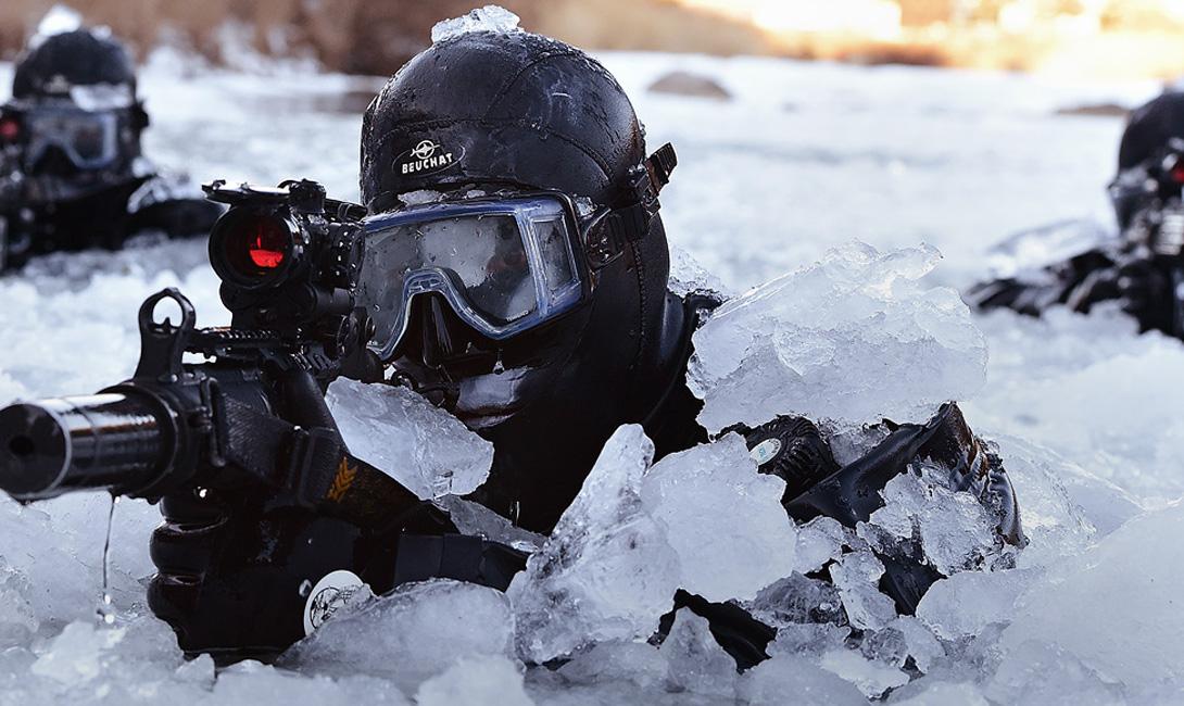 707-й батальон особого назначения Южная Корея В 707-ой батальон может попытаться пробиться любой солдат южнокорейской армии. После первоначальных тестов (лучшие из лучших из лучших, сэр!) прошедшие рекруты отправляются в десятидневный поход — своеобразный тест на выносливость и умение быстро соображать в постоянно меняющихся условиях дикой местности. К последнему дню в строю остается менее 10% рекрутов. Они будут допущены к следующему этапу тренировок: подводный бой, прыжки с парашютом, диверсионная подготовка. Большой скандал вызывали фотографии Boing-747, установленного там же, на тренировочном полигоне: выяснилось, что в 707-ом есть особая группа узких специалистов, способных захватить авиалайнер даже с завязанными руками.