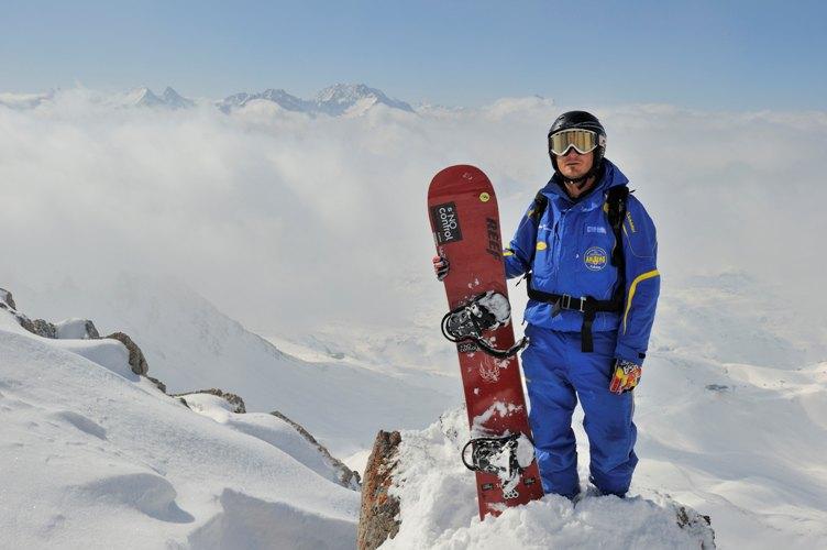 Сноуборд Сноубординг прочно занял место в списке зимних развлечений рядом с горными лыжами. Считается довольно экстремальным видом спорта, но страх перевернуться и переломать себе ноги пройдет, когда вас охватит ощущение свободы движений и безграничной скорости, а в крови забурлит адреналин.