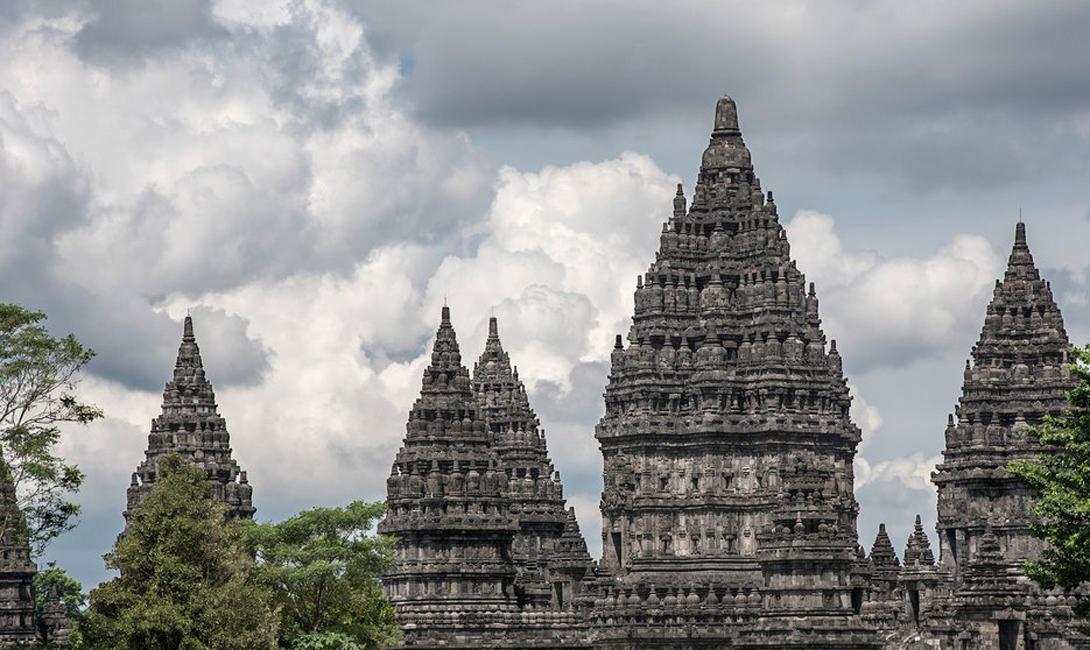Прамбанан Центральная Ява, Индонезия Прамбанан состоит из трех основных зданий (для Вишну, Брахма и Шивы) и сотни меньших святынь, каждая из которых доносит священные индуистские тексты затейливой резьбой.