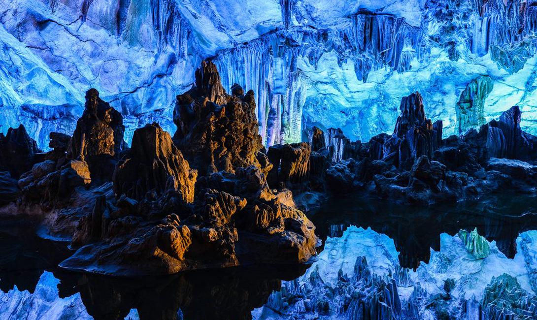 Пещера флейт Гуйлинь, Китай К сожалению, даже сказочный интерьер этой необычной пещеры можно легко объяснить: специально для туристов, китайские мастера устроили скрытую под водой подсветку самых примечательных закоулков.