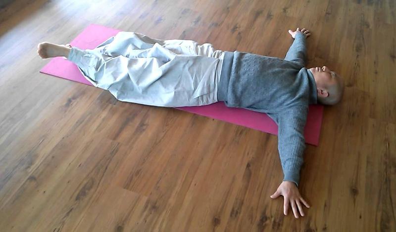 Скручивания Элементарное упражнение, которое не требует ни экипировки, ни сколь-нибудь значительного количества времени. Лягте на спину и выполняйте скручивания бедер в стороны. Не торопитесь, работайте осознанно и плавно. Следите за тем, чтобы не отрывать от земли плечи.