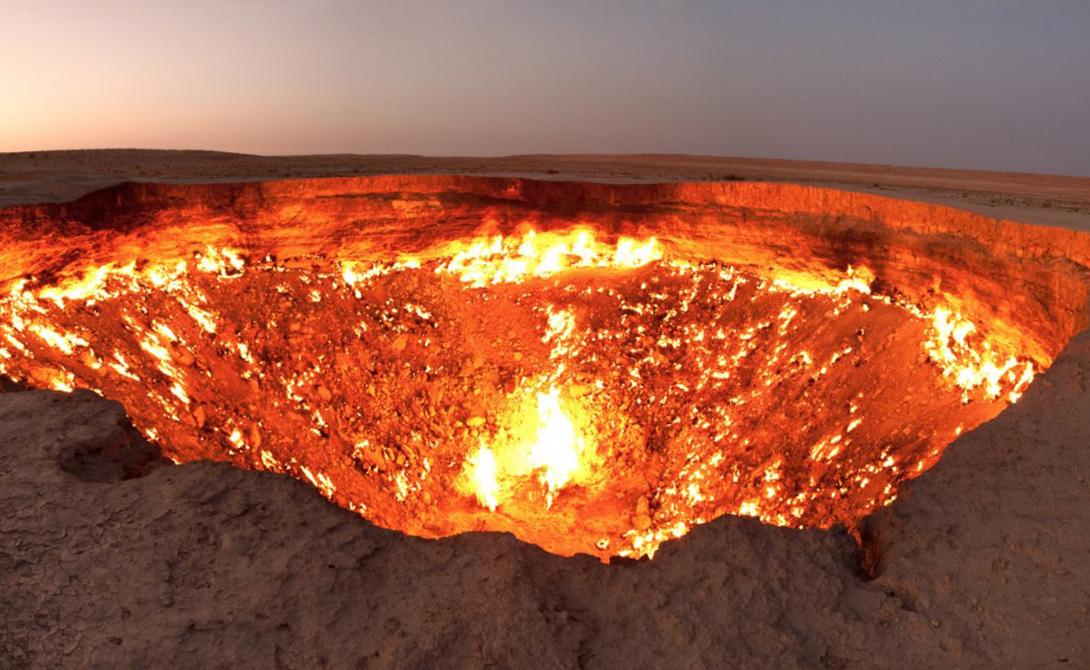 Дверь в ад Туркменистан Советские геологи умудрились пробуриться прямиком в ад: разработки 1971 года привели к огромному провалу в земле, который полыхает огнем вот уже четвертый десяток лет. Никаких признаков того, что газ в скором времени иссякнет, нет. Дарваза по-прежнему выглядит так, будто черти существуют и в самом деле.