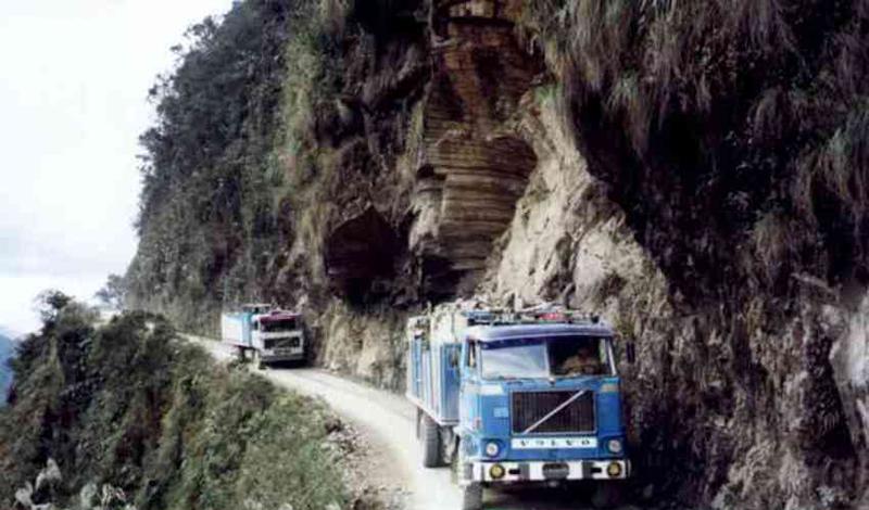 Дорога Смерти Боливия Скользкий, покрытый мокрой грязью спуск длиной в несколько километров — вот, что представляет собой знаменитая The North Yungas Road, боливийская дорога смерти. Каждый год на узкой (здесь просто не разъедутся два автомобиля) тропе гибнет до пятисот людей.