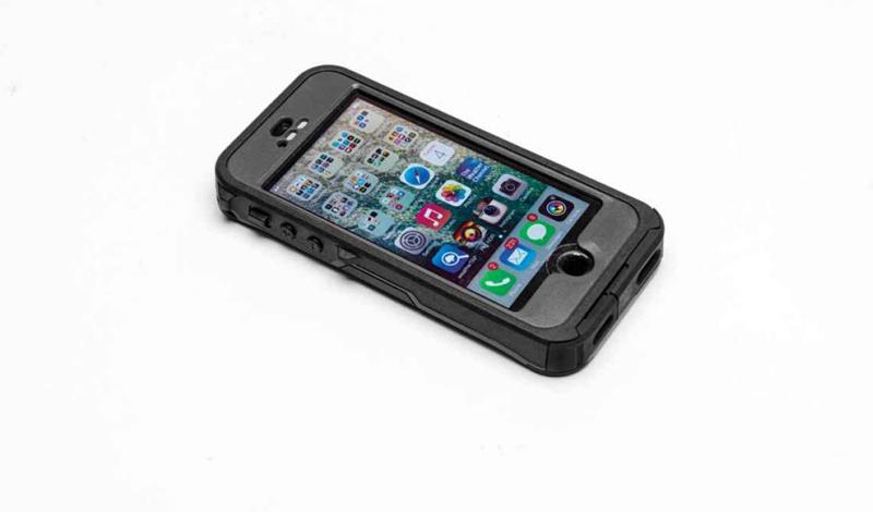 Otterbox Preserver Модель: iPhone 5s//iPhone 5Стоимость: 4 300 р. Кейс Otterbox Preserver — чуть ли не лучшее, и уж точно самое бюджетное решение для вашего смартфона. Помимо высокого уровня защиты (а чехол позволяет телефону плавать в любом водоеме и погружаться на несколько метров без особых проблем), производители позаботились и об удобстве использования: тачскрин ощущается отлично — вы даже сможете играть в свои любимые казуальный игры. Заглушки удобно прикреплены на шарнирах, потерять их просто невозможно. Разве что, вместе с телефоном.