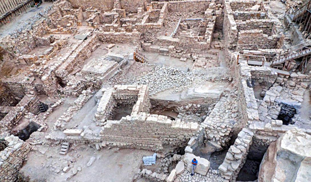 Акра Библейские археологи совершили важное открытие, которое позволило разгадать одну из величайших тайн Иерусалима. Греческий форт Акра, построенный царем Антиохом IV более двух тысяч лет назад, упоминался во многих библейских писаниях. Остатки были обнаружены у стен Иерусалима: в руинах археологи нашли свинцовые боевые рогатки, бронзовые наконечники стрел и даже каменные катапульты. Все предметы помечены личным гербом Антиоха — трезубцем.