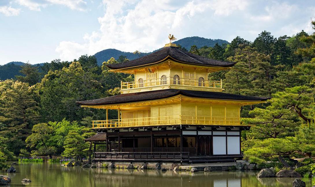 Храм Кинкакуджи Киото, Япония Киото полнится изумительными примерами японского классического зодчества, однако, нет более примечательного места для туристов, чем это. Воспетый Акутагавой, Золотой Храм будет вечно стоять здесь — так, по крайней мере, уверяют экскурсоводы.
