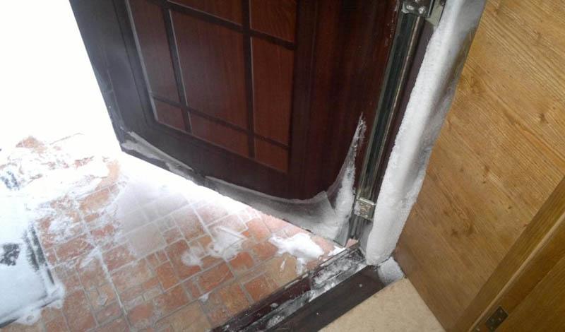 Привет из коридора Не думайте, что достаточно будет держать двери и окна закрытыми. Тепло уходит и на вашу лестничную клетку. Обращайте внимание на двери в тамбур: как только начинает холодать, держите их постоянно закрытыми. То же самое относится и к подъездной двери. Выполняя эту простую рекомендацию, вы можете повысить уровень тепла в доме на целых 10%.