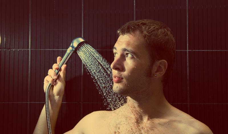 Водные процедуры В попытках согреться мы проводим массу времени под горячим душем — что утром, что вечером. Элиминируйте эту привычку, она не дает вам ничего, кроме расширенных пор кожи (куда с удовольствием забивается мелкая грязь) и возможных проблем с сердцем. Привыкайте к душу контрастному: будет сложно, но, взамен, вы получите отличное настроение, бодрость и здоровые сосуды.