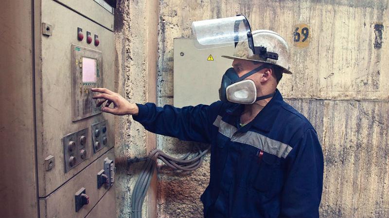 Производство Работники заводов могут подвергаться воздействию пыли, разнообразных химических веществ и газов. Это может привести ко многим неприятным последствиям, среди которых ХОБЛ и облитерирующий бронхит. Фильтрующие маски и респираторы существенно снизят риск серьезных заболеваний.