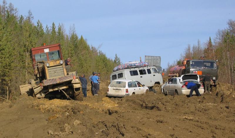 М56 «Лена» Россия Протяженность трассы М56 составляет целых 1235 километра. Эта дорога по праву считается самой грязной и неприятной во всем мире. Федеральная трасса, на которой будет неуютно и БелАзу, меняться не думает: асфальт здесь лежит лишь на некоторых участках, большая же часть «Лены» напоминает страшный сон автомобилиста.