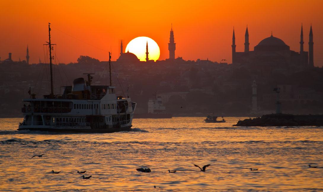 Стамбул Турция Лучше всего будет встретить закат на одной из лодок, курсирующих по величественному Босфору.