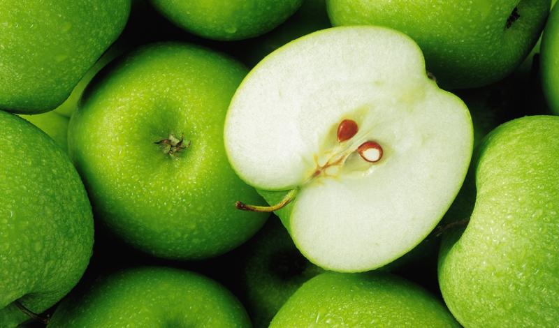 Яблоко Яблоки способствуют улучшению микрофлоры кишечника и содержат большое количество витаминов и микроэлементов. Еще один плюс этого фрукта — доступность: благодаря долгому сроку хранения, осеннего запаса яблок вам может хватить до самой весны.