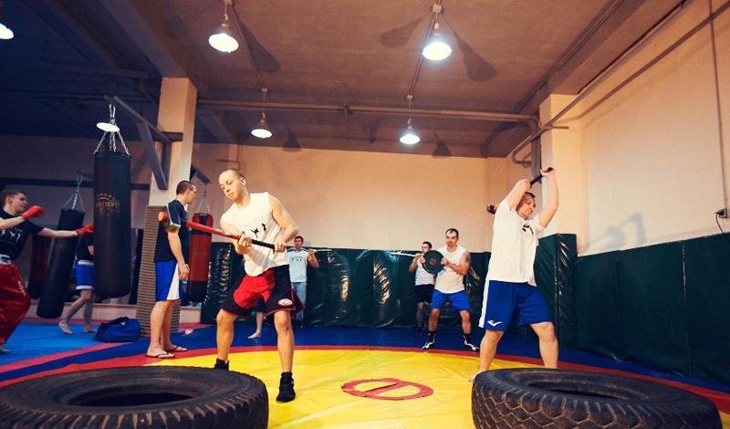 Второе января Круговая тренировка Круговая тренировка максимально прокачивает выносливость и взрывную силу конечностей — то, что надо для любого бойцового спорта. В качестве бонуса, такая нагрузка прекрасно формирует рельеф, подсушивая жир по всему телу. Включите в круг три упражнения: отжимания на кулаках, приседания с прыжком вверх и подтягивания. За круг — по 15-20 раз каждого упражнения, без перерыва между ними. Сделайте три подхода, с отдыхом в 40 секунд между ними и можете ползти домой: на что-то большее силы останутся вряд ли.