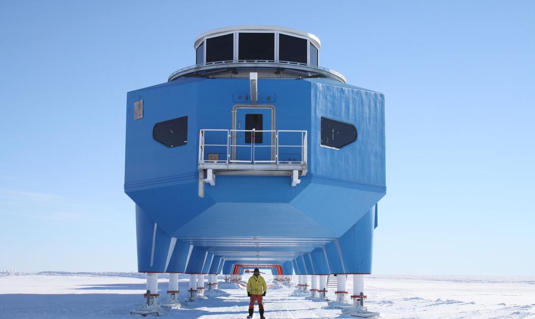 Новенькая станция удобно стоит на гидравлических подпорках, куда крепятся, при необходимости, огромные лыжи. Ее можно приподнять и отбуксировать в любое другое место — своеобразный дом на колесах в антураже вечного льда.