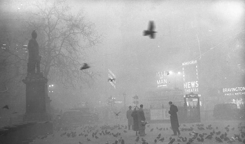 Великий смог В холодную ночь на 5 декабря 1952 года, ужасный смог накрыл столицу Великобритании целиком. Холод, антициклон и практически безветренная погода создали идеальные условия для того, чтобы завеса грязи и пыли, трансформировавшаяся в смог, провисела над городом как можно дольше.