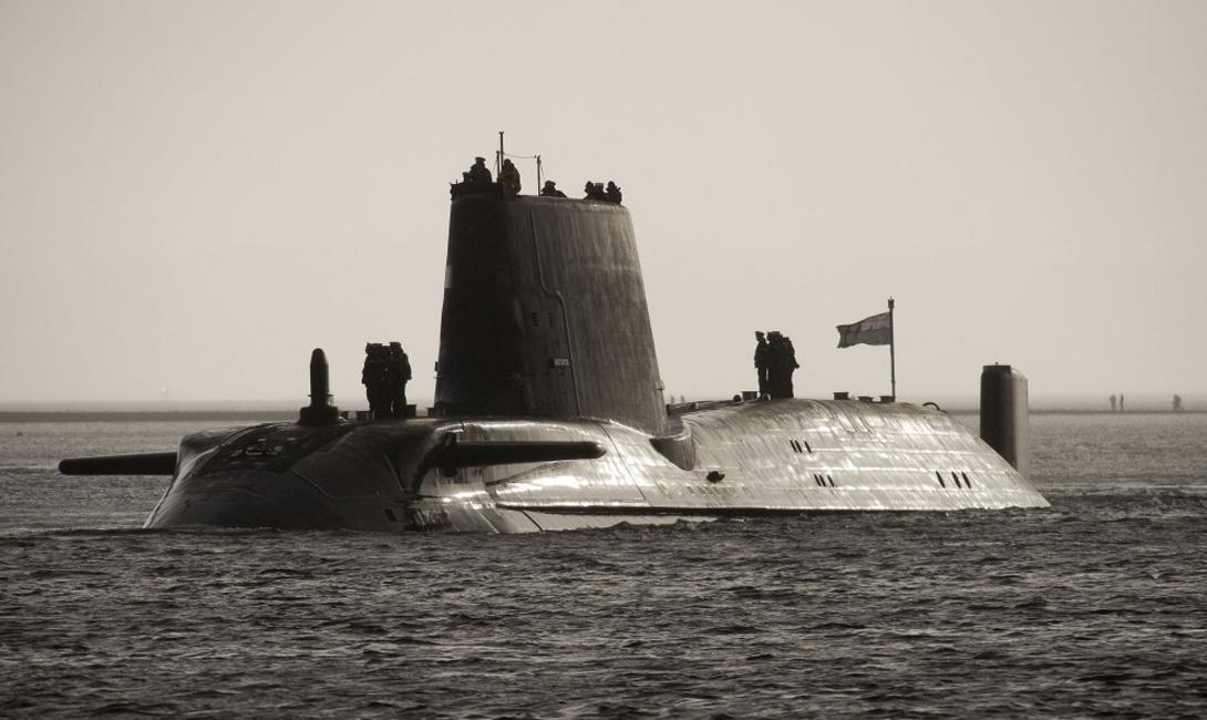 HMS Astute Стоимость: $ 4 млрд Субмарина Королевского флота HMS Astute относится к новому классу «Нимиц». Сравнительно недавно это чудо инженерии встало на мель у побережья Шотландии, что вызвало ряд колких высказываний британской прессы. HMS Astute оснащена современными торпедами Spearfish, каждая из которых способна потопить судно на дистанции в 30 морских миль. Кроме того, в боезапас субмарины входят ракеты Tomahawk, дальность полета которых превышает 1000 морских миль.
