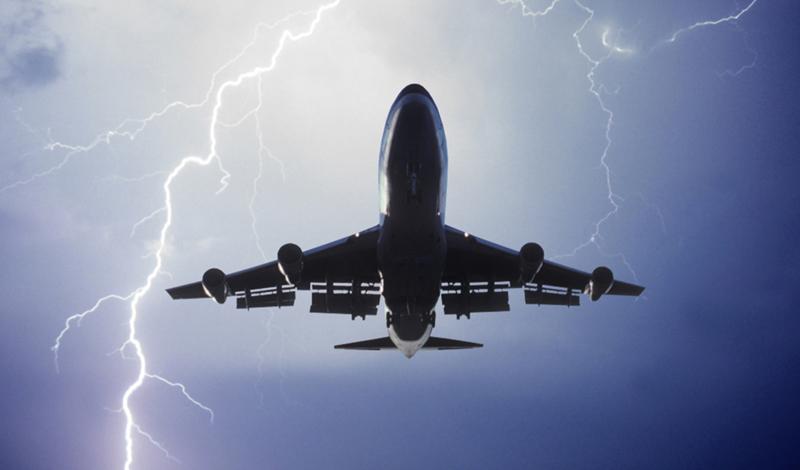Прощай страх Несмотря на то, что турбулентность не считается опасной, ученые вовсю разрабатывают технологии, способные от нее избавиться. Некоторые авиакомпании уже начали тестирование новейших ультрафиолетовых лазеров, которые будут стабилизировать лайнер при самой сильной тряске.