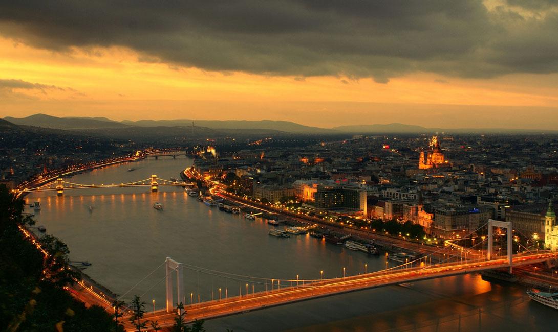 Будапешт Венгрия Величественная архитектура венгерской столицы только выигрывает в красках заходящего солнца.