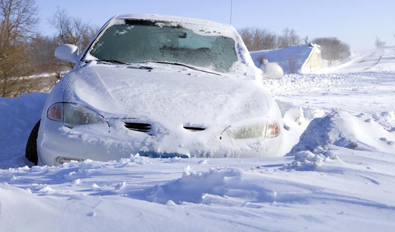 Лопата и коврик Не стоит экономить на лопате, которую вы собираетесь возить в багажнике снежной зимой. Специзделия для автомобилистов выполнены из прочного железа, умеют складываться и не занимают в багажнике много места. В качестве дополнительного средства, которое поможет выбраться из сугроба, возите с собой обычный резиновый коврик. Он создаст колесу необходимый уровень сцепления. Кроме того, коврик можно использовать в качестве дополнительного теплоизолирующего материала, просто подложив его под капот.