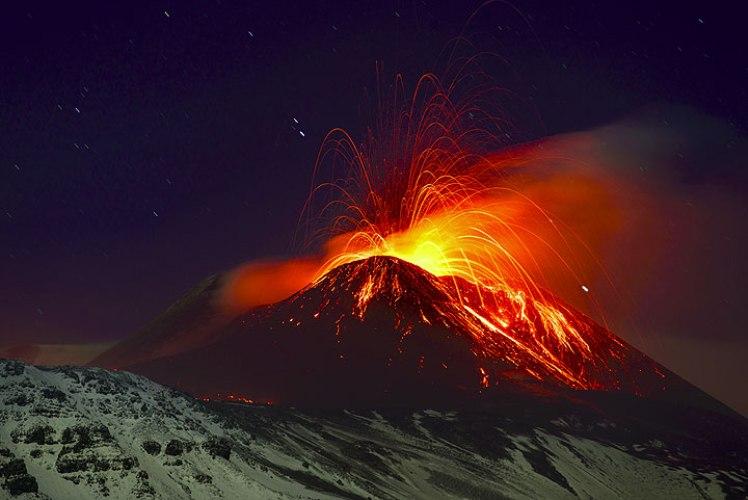 Мерапи Он является одним из самых грозных и активных вулканов Индонезии и входит в десятку самых активных вулканов планеты. Мерапи взрывается в среднем раз в семь лет, обрушивая на окрестности потоки лавы и тучи пепла. Для местных жителей грозный вулкан и убийца и благодетель в одном лице: вулканический пепел превращает почву вокруг Мерапи в плодороднейшие земли – фермеры собирают с полей по несколько урожаев в год. Однако люди бегут без оглядки, когда Мерапи начинает извергаться: реки лавы и камни, размерами с небольшой дом, не раз превращали этот благоденствующий край в постапокалиптическую пустошь.