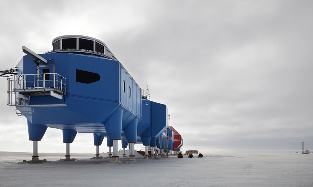 Halley VI начала работу еще в феврале 2013. Предшественница этой футуристической красотки, станция Halley V, не смогла устоять шарму бесконечной зимы и канула в ледяные воды океана вместе со своей льдиной.