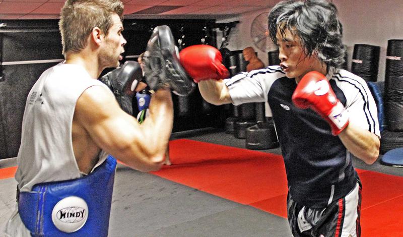 Мальчик для битья В тайском боксе уметь стоять с партнером — целая наука. Профессиональные падмены (те, кто держит пады) не только дают партнеру отработать удар, но и ставят целые связки. Учитесь быть хорошим партнером, это поможет вам быстрее понять, как нужно двигаться, принимать удары и даже контролировать дыхание.