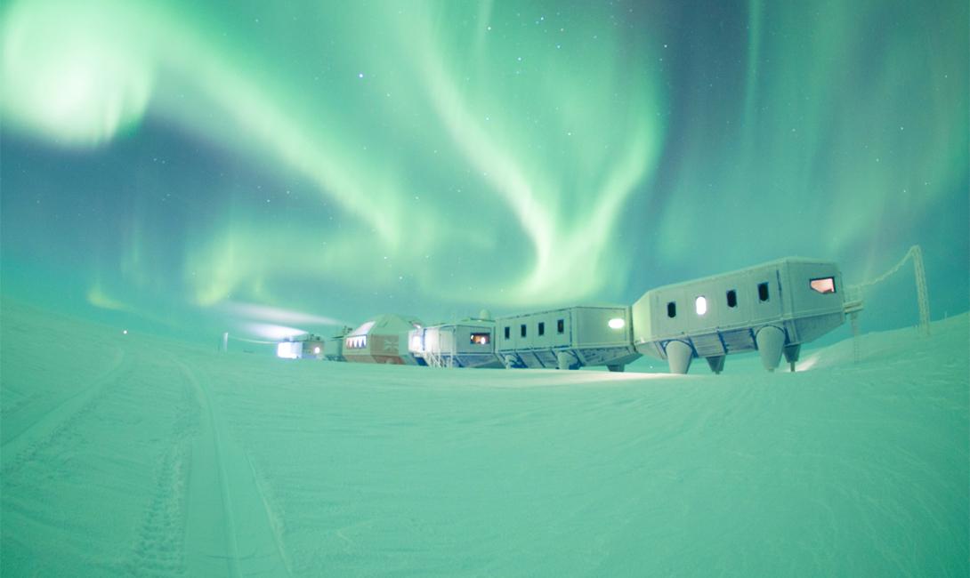 Зимой на станции остается небольшая бригада техников — 20 человек следят за состоянием модулей, которым приходится выдерживать температуру в -50 градусов по Цельсию. Летом сюда приезжает основная команда ученых: 70 человек размещаются на станции безо всяких проблем.