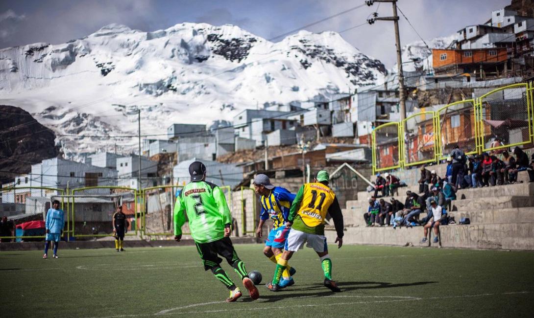 Местные жители должны сами обеспечивать себе развлечения. Чаще всего они коротают время в одном из кафе, построенном шахтерами для шахтеров, или играют в футбол.