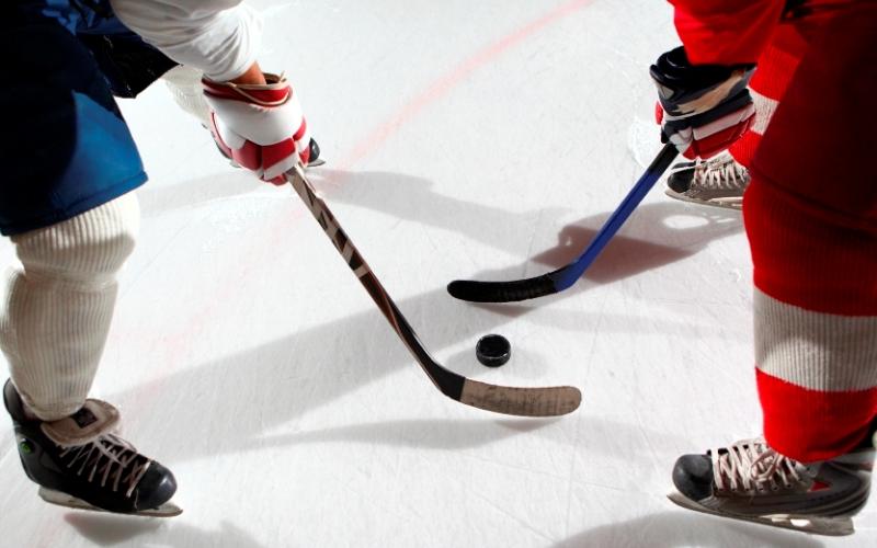Хоккей Если вы большой поклонник хоккея, с азартом смотрите матчи любимой команды с трибун или по телевизору, возможно, вам стоит и самому принять участие в игре для настоящих мужчин и взять в руки клюшку. Но будьте осторожны: хоккей считается довольно травмоопасным видом спорта, и если вы неуверенно держитесь на льду, стоитвзять пару дополнительных дней, чтобы просто освоиться с коньками.