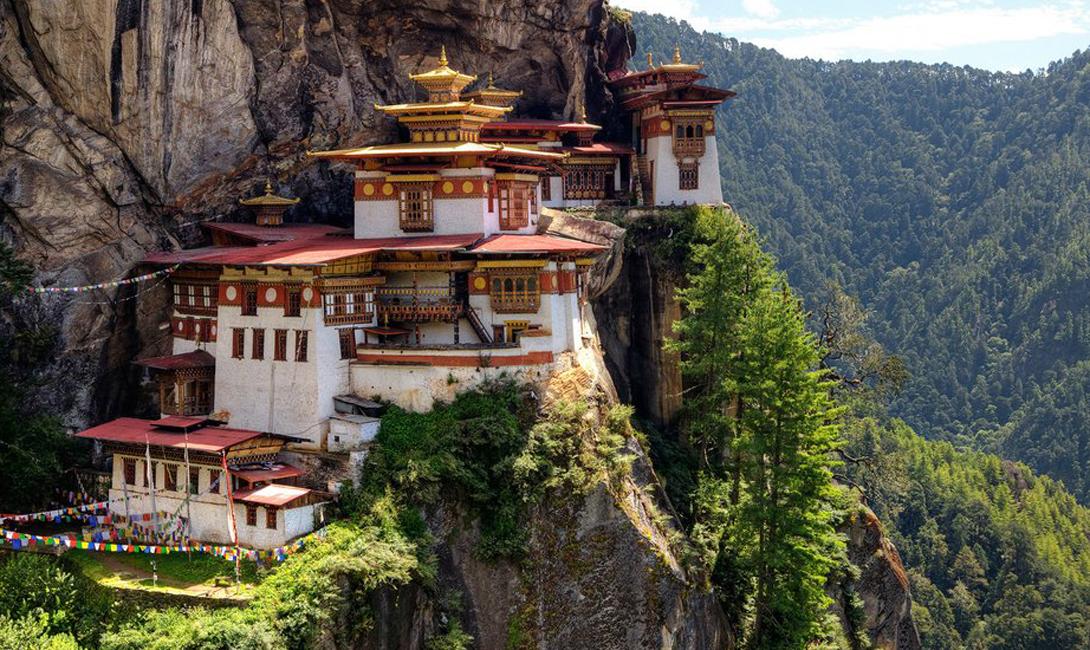 Паро Такцанг Бутан Паро Такцанг, также известный как «гнездо Тигра», висит на скале, над пропастью в несколько километров. Монахи живут на краю — в буквальном смысле.