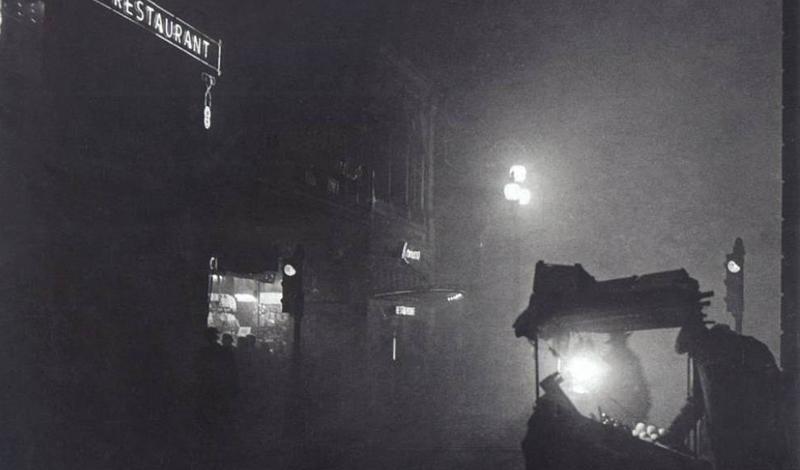 Законы о смоге Очевидно, что ни жители, ни правительство Лондона не были сложившейся ситуацией довольны. Лондонский Сити принял несколько законов о чистом воздухе: Акты 1956 и 1968 годов. Домовладельцев стимулировали переходить на другое топливо и, как мы увидим позднее, эти предосторожности, возможно, спасли немало жизней.