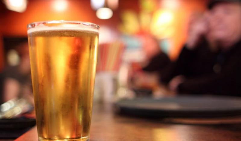 Пиво укрепляет кости В 2007 году ученые обнаружили, что кремний имеет решающее значение для формирования прочных костей. Угадайте, что является одним из лучших источников кремния? Правильно, пиво. Путем экспериментов, врачи пришли к радующему выводу: три бутылки в день полностью закрывают ежедневную норму кремния.