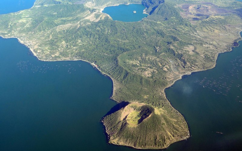 Тааль Вулкан Тааль пользуется дурной славой, благодаря своим разрушительным и мощным извержениям. Он расположен достаточно близко к столице Филиппин и Тихоокеанскому огненному кольцу. Предполагается, что озеро, окружающее его, на самом деле представляет собой остатки кратера древнего супервулкана. Если эта гипотеза верна, одного крупного извержения будет достаточно, чтобы поднятый вулканический газ и пепел держались в атмосфере Земли несколько месяцев. К сожалению, Тааль начал проявлять признаки активности еще в 90-х годах, а в 2010 году власти Филиппин повысили его уровень тревоги. Оба этих факта заставляют задуматься о том, что извержение Тааля может начаться в любой момент.