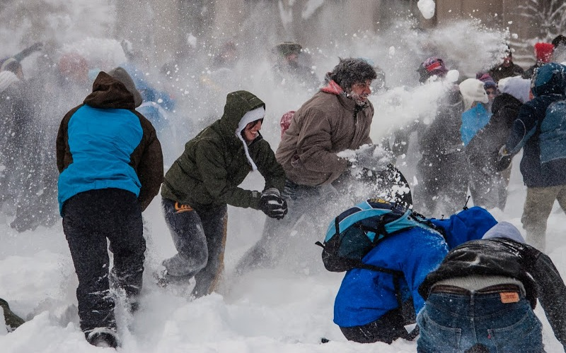 Снежки Самый бюджетный, но и самый веселый вариант активно провести морозный зимний денек. Соберите команду друзей и покажите им, кто здесь самый меткий стрелок, только смотрите, чтобы снежком в глаз не прилетело. Кстати говоря, во время броска прекрасно прорабатываются мышцы спины, пресс и рук, а уклонительные маневры дадут здоровую нагрузку ногам.