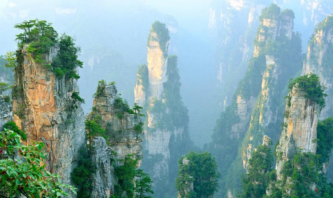 Улинъюань Чжанцзяцзе, Китай Слово «живописный» по отношению к этому парку можно считать приуменьшением: почти двести квадратных километров его территории заполняют тысячи столбов из песчаника — некоторые из них превышают даже американские небоскребы.