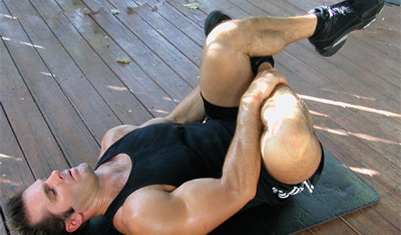 Работа бедрами Исходное положение — лежа на спине, одна нога согнута в колене и лежит на другой. Медленно и без рывков тяните ногу к себе и останавливайтесь в пиковой точке на тридцать-сорок секунд. Меняйте ноги, повторяйте упражнение. Не нужно слишком усердствовать: хватит и семи-восьми повторов.