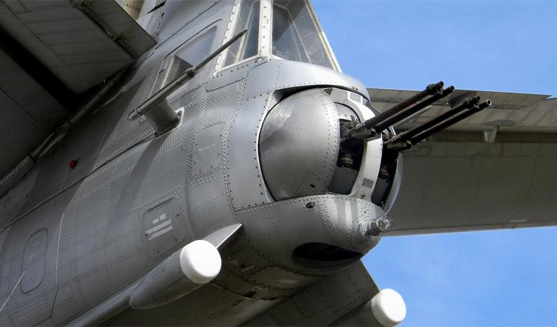 Авиапушка Р-23 В конце 1950-х годов прошлого века Советскому Союзу потребовался новый тип вооружения, который можно было бы устанавливать на сверхзвуковой бомбардировщик дальнего действия Ту-22. Перед конструкторами стояла нелегкая задача: пушка должна была получиться легкой, маневренной и очень скорострельной — и уметь работать при длительном сверхзвуковом перелете. Результатом работ инженера Рихтера стала авиапушка Р-23, скорострельность которой достигала 2500 выстрелов в минуту. Реализованные технологии, на тот момент, не использовались больше нигде в мире. К сожалению, орудие получилось не очень надежным и ужасно неточным: попробуйте попасть в цель на скорости, превышающей скорость звука. Р-23 так никогда и не вышла в эксплуатацию. Зато, именно на основе этого изделия, советские инженеры разработали первое на планете оружие, предназначенное для работы в открытом космосе.
