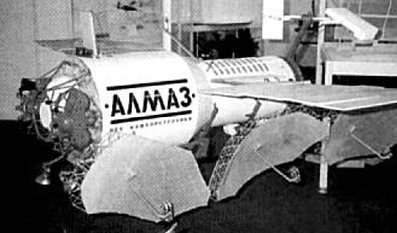 Станция «Алмаз»Несмотря на обилие спутников, которые СССР запускало на орбиту в то время, реальных кандидатов на превращение в «Звезду смерти» у правительства не было. В кратчайшие сроки была разработана и выведена на орбиту пилотируемая станция спецназначения «Алмаз». Этот аппарат имел самое современное шпионское оборудование и должен был стать козырем в рукаве партии: предполагалось, что у противника не будет времени на разработку аналогичного проекта. Именно на эту станцию конструкторы и задумали установить новую космическую пушку.