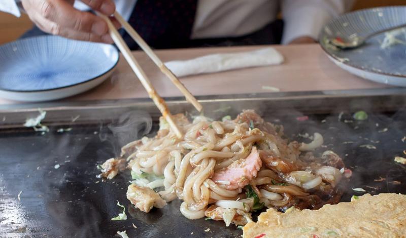 Китайские палочки — чудесный способ переворачивать готовящуюся на сковороде еду. Заодно убережете тефлоновое покрытие от царапин, которые оставляют обычно железные предметы.
