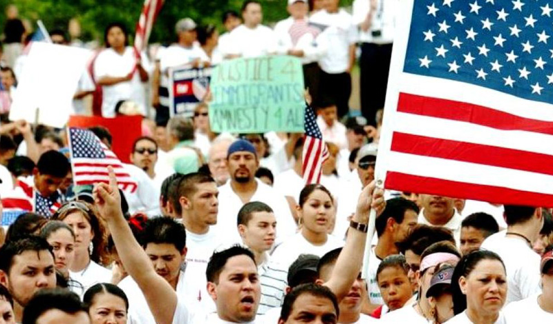США Общее количество языков: 422 Иммигранты принесли в США огромное количество новых языков, которые активно используются диаспорами. Само собой, главным средством общения и передачи информации был и остается английский, но каждый штат имеет право определить свой собственный, официально признанный язык. На Гавайях, к примеру, в школах преподают гавайский, а в Нью-Мексико действует закон, согласно которому испанский язык может использоваться наравне с английским.