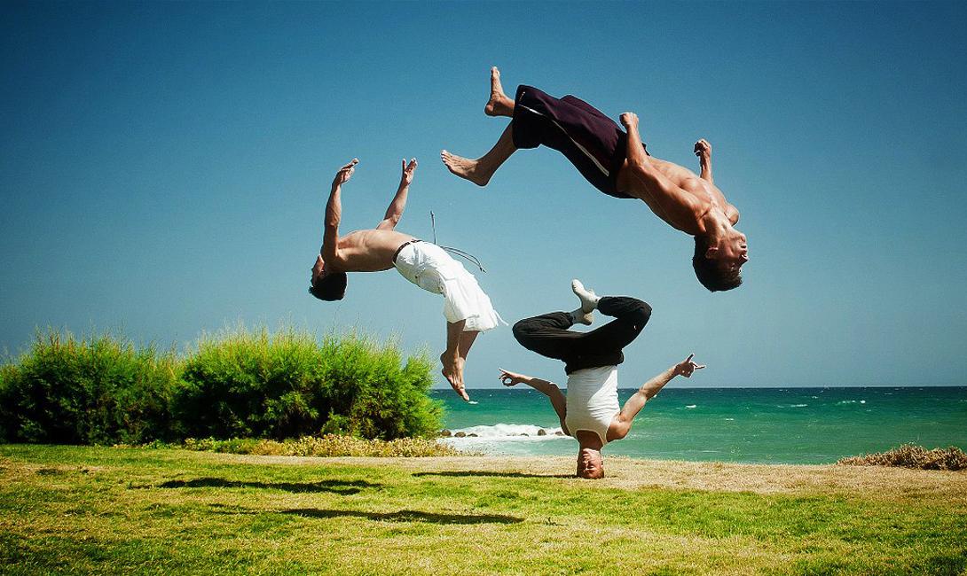 Капоэйра Бразилия Удивительный способ боя разработали африканские рабы, переправляемые на бразильские плантации. Для непосвященного человека, капоэйра выглядит танцем — на показательных выступлениях бойцы даже не вступают в контакт с противником. Эта особенность обусловлена тем, что рабам было запрещено тренировать какое бы то ни было боевое искусство и они маскировали свои учения под веселые танцы.