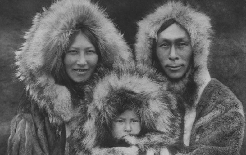 Традиционный наряд эскимосов Канады представляет собой два меховых костюма, надеваемых один поверх другого. Шкуры верхнего костюма обращены мехом наружу, а нижнего – мехом внутрь. Каждый костюм состоит из парки с капюшоном, штанов, перчаток и сапог. Таким образом, двойная прослойка меха прекрасно защищает от холода все тело целиком. Эскимосы не носят поясов, поэтому обе парки свисают свободно, что обеспечивает вентиляцию. На изготовление сапог идет оленья шкура, которая сшивается мехом наружу, чтобы нога не скользила по льду. Одежда из оленьих шкур не только обеспечивает превосходную теплоизоляцию. Она также может стать единственным средством спасения в том случае, когда охотник случайно проваливается под лед. Так как волос оленя полый, это позволяет человеку долго держаться на поверхности, иногда до нескольких часов, что существенно увеличивает шансы на спасение.