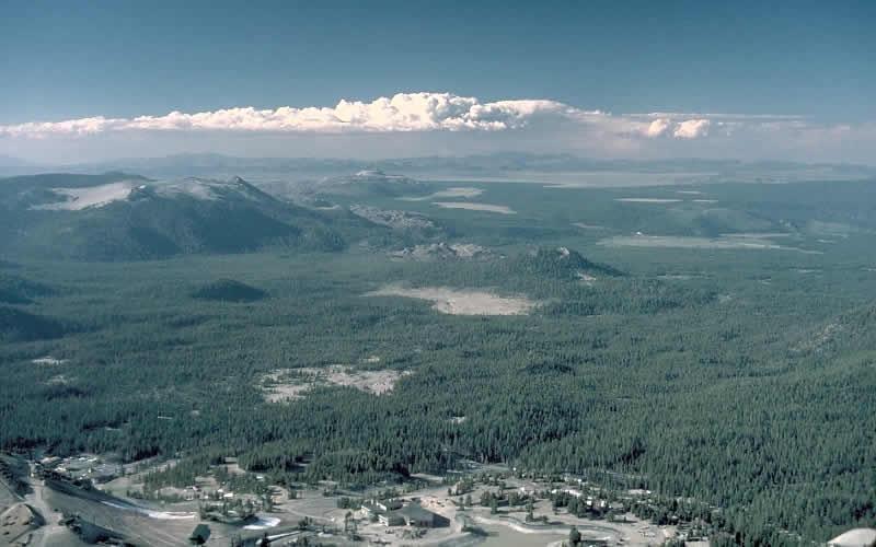 Лонг-Вэлли Лонг-Вэлли располагается на востоке Калифорнии неподалеку от Мамонтовых гор. Кальдера Лонг-Вэлли образовалась в результате извержения вулкана-гиганта, произошедшего около 760 тысяч лет назад. В результате неистовой вулканической деятельности магматический очаг под вершиной полностью опустел, и вулкан буквально провалился сквозь землю. Но не исчез бесследно. В 1980 году здесь произошла серия крупных землетрясений, ознаменовавших рост возрождающегося купола. С тех пор на территории Лонг-Вэлли постоянно фиксируются подземные толчки и поднятие грунта в сопровождении с изменениями температуры воды в горячих источниках и выбросами газа. В целом это дает исследователям изрядный повод для беспокойства.