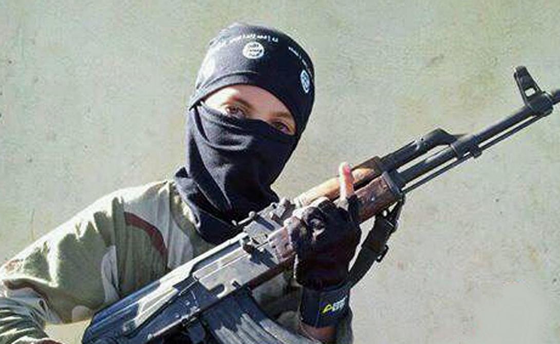 АК-47 АК-47 в очередной раз стал любимым оружием террористов. Конечно, у парней из ISIS особого выбора нет, но легкая, удобная и неприхотливая штурмовая винтовка из страны советов и в самом деле чуть ли не лучший вариант стрелкового вооружения в этих краях.