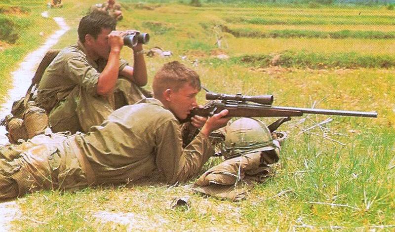 Адальберт Уолдрон vs. Снайпер-на-пальме Адальберт Уолдрон, заработавший целых 109 подтвержденных убийств на Вьетнамской войне, уже собирался отправляться домой, когда его отправили на последнее задание. Как выяснилось позднее, снайпер, на которого должен был охотиться Адальберт, начал выслеживать американского стрелка раньше. Вьетнамец затаился на самом верху кокосовой пальмы, откуда открывался чудесный вид на выходящие из бухты катера, и принялся ждать. Уолдрону просто повезло: лодку кинуло на волнах и пуля пробила не его голову, а всего лишь кожух мотора. Ответный шаг морпеха вошел в легенды надолго — снайпер сумел рассмотреть и нейтрализовать засевшего на пальме стрелка с расстояния в 700 метров.