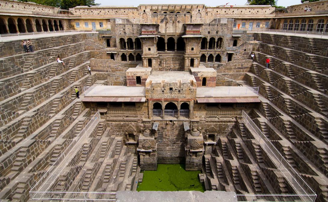 Чанд Баори Индия Одна из самых недооцененных достопримечательностей Индии, Раджастана Чанд Баори — действительно впечатляющий колодец, спуститься ко дну которого можно по 3 500 ступеням. Вода здесь, конечно же, очень опасна, но паломники следуют сюда просто затем, чтобы поклониться секретным статуям Ганеши и Дурги.