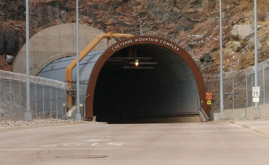 Комплекс NORAD США Комплекс NORAD был построен для того, чтобы зарвавшиеся коммунисты ни за что на свете не смогли бы победить родимые Соединенные Штаты. Здесь, под защитой крепких стен и многометровой толщи скальных пород, укрыт резервный пункт командования ракетными войсками страны. В сам бункер ведет огромный тоннель, длина которого превышает полтора километра. Он заканчивается монолитным шлюзом (вспомните Fallout). Это, пожалуй, самое безопасное место на всей планете — если, конечно, Метро-2 не существует на самом деле.
